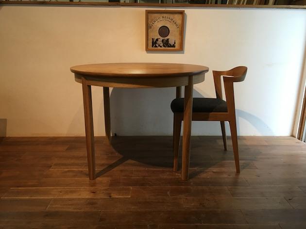 丸テーブル、椅子