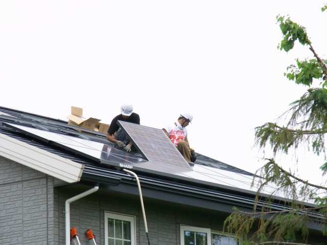 太陽光発電パネル設置開始