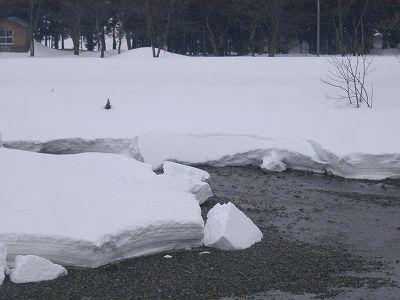 南魚沼市では水無川の雪解けが進んでいます