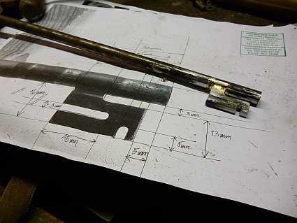 鍵の図面と、制作途中の鍵