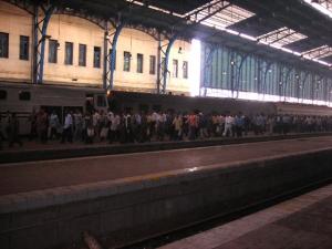 列車から人いっぱい