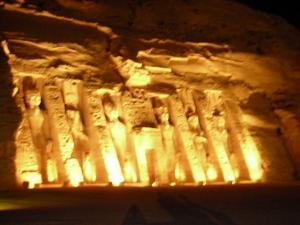 ライトアップされたアブシンベル神殿