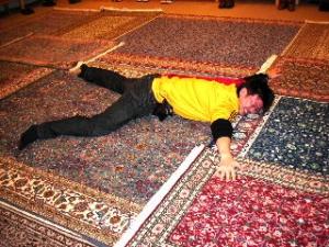 高価な絨毯にねっころがるオイラ