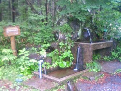 上の方にある湧水汲む場所