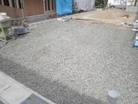 駐車場部分の砂利敷き