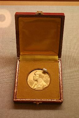 ノーベル化学賞、野依 良治氏のノーベル賞メダル