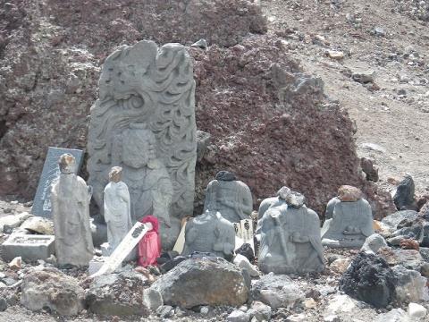 富士登山道の破壊された仏像