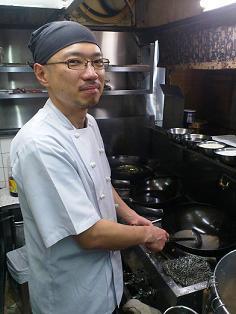 厨房に立つ赤松さん