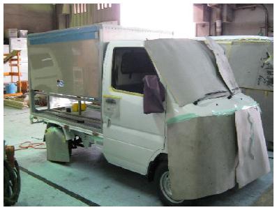 荷台とベース車両の色を合わせて塗装します