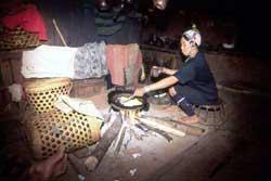 55号 アカ族の住居�2