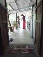 骨董市場で集めたドアやタイル(自宅スペース)
