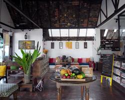 チーク材と漆喰の壁が絶妙にブレンドされたラウンジ(店舗エリア)