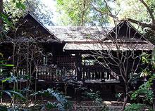 木々に囲まれたタイ式家屋
