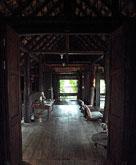 古い材木を使った味のある柱と天井