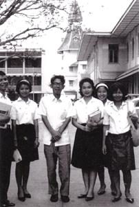 中央は松山先生、他はタマサート大学生