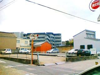 赤い建物の左奥の白い建物が津あけぼの座です