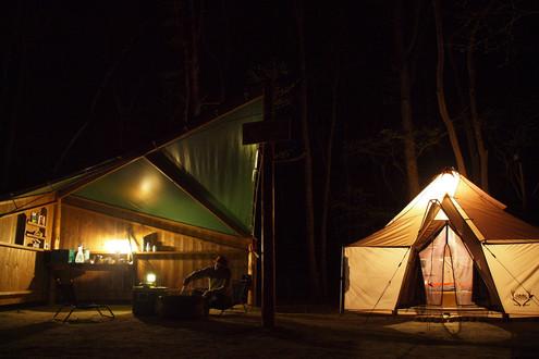 夜のハンターテントキャビン