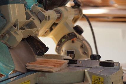 杉板をトメに加工中
