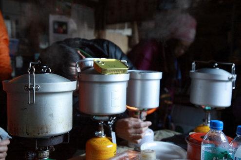 丸鍋で炊飯中