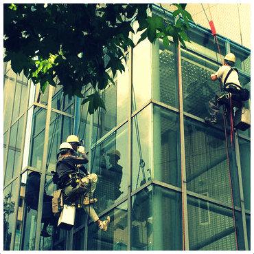ビルの窓ガラス清掃風景