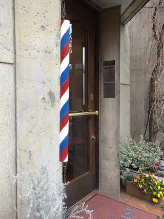 とある理髪店の店構え