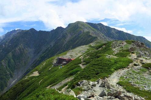 北岳から北岳山荘を望む