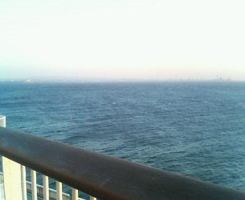 たまには気分転換していいアイディアを! と格別なご配慮をいただき、海を見てきました。というとちょっとよさそうですが、この絶景の海を横目に、かなりタイトな制作スケジュールが明かされていた気がします…。