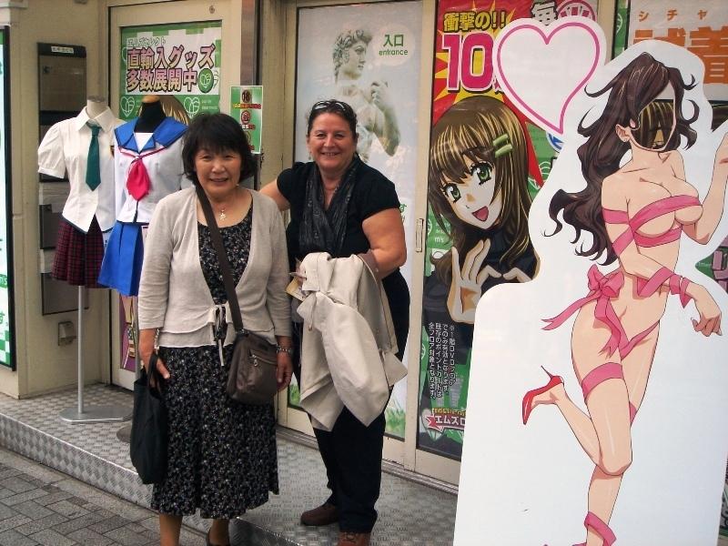 少女店前のリタと眞喜子