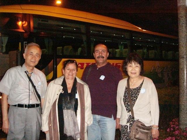 夜のはとバス観光バス前