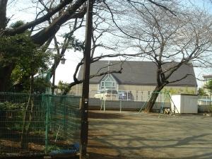 神社脇の児童遊園から協会の十字架