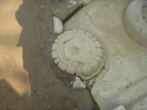 鳥居の脇に礎石