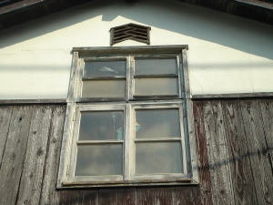 模様ガラスと木の窓枠