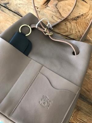 6df983350c55 小物を収納できるフロントポケットが便利なデザイン。