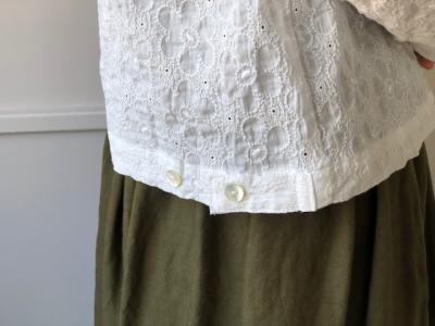 9d13e6d391c62 二段階になった裾のボタンを内側で閉じれば、 ブルゾンのように背中が膨らんだシルエットに。