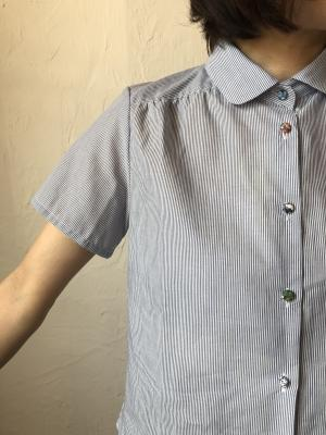 0e216e0228756 丸みのある小さめの襟が女性らしいデザインです。