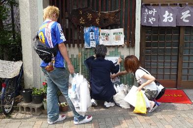 神奈川区ポスターチーム第1班、貼り替え作業中!