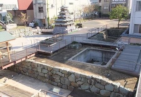 お堀の発掘跡・石垣