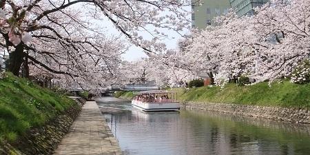 松川と遊覧船