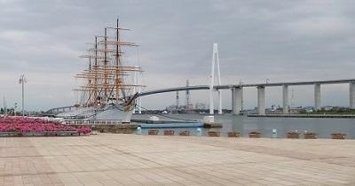 新湊大橋と日本丸