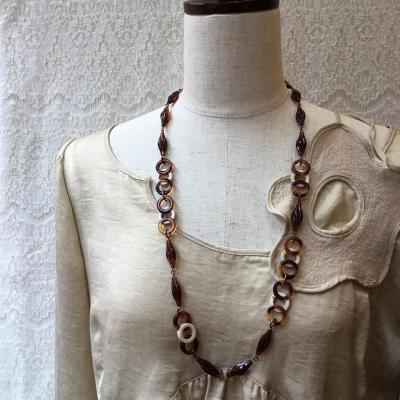 秋にふさわしい飴色のネックレス