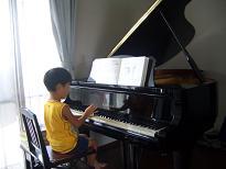 ピアノを弾くにこ�
