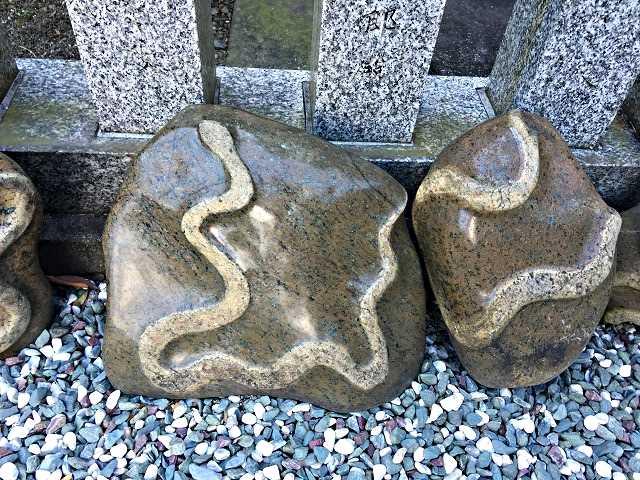 蛇 石 縁起物 金蛇水神社