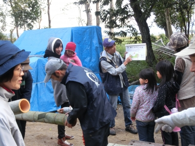 カモシカの会西村さん、竹筒のつくり方
