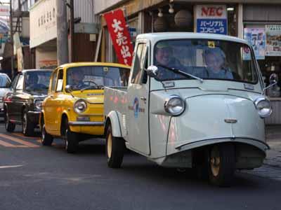 「昭和の町レトロカー大集合」でも乗車体験に活躍したミゼット。後ろに続くのはマツダ キャロルとダイハツ コンソルテのレンタカー。