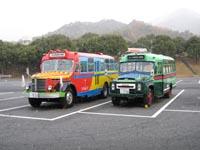 小雪舞う宮島SAで休むボンネットバス2台