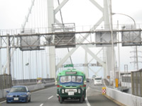 関門橋を渡るニッサンU690