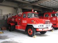 豊前消防署の車庫で休む日野TE100D改 泡消化剤原液輸送車。始業時点検の余熱が残っていました