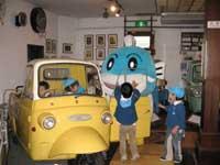 三菱ペットレオに乗る明浄保育園児とキャッフィー