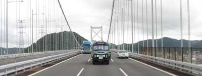 関門橋を帰るニッサンU690