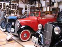 博物館内観(左から T型フォード,ダットサン フェートン,同 セダン)